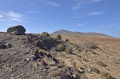Δύσκολο τοπίο με τους ηφαιστειακούς λόφους στο υπόβαθρο Στοκ φωτογραφία με δικαίωμα ελεύθερης χρήσης