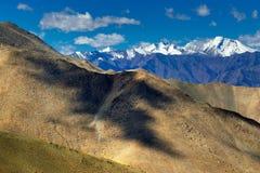 Δύσκολο τοπίο στο πέρασμα Changla, το παιχνίδι του φωτός και τη σκιά, Leh, Ladakh, Jammu Κασμίρ, Ινδία Στοκ Φωτογραφίες