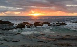 Δύσκολο Seascape ανατολής στοκ εικόνα