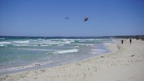 Δύτες θάλασσας σε έναν όμορφο μπλε ουρανό στην παραλία του γιου Bou Στοκ εικόνα με δικαίωμα ελεύθερης χρήσης