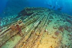 Δύτες που ερευνούν τα υποβρύχια συντρίμμια Στοκ Εικόνες
