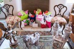 Δώρα βαλεντίνων μεταξύ του όμορφου δωματίου συνεδρίασης με το περουβιανό ντεκόρ Στοκ εικόνα με δικαίωμα ελεύθερης χρήσης