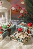 Δώρα για τις διακοπές λευκό απομόνωσης δώρων Χριστουγέννων σε αναμονή για το νέα έτος και τα Χριστούγεννα στοκ εικόνα με δικαίωμα ελεύθερης χρήσης
