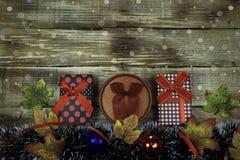 Δώρα για το νέα έτος και τα Χριστούγεννα σε ένα ξύλινο αγροτικό υπόβαθρο Στοκ εικόνα με δικαίωμα ελεύθερης χρήσης