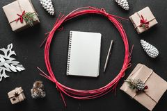 Δώρα για το χειμώνα, τα Χριστούγεννα και τις νέες διακοπές έτους όταν έχετε τα δώρα για τις διακοπές σας και συντάσσετε έναν κατά Στοκ φωτογραφίες με δικαίωμα ελεύθερης χρήσης