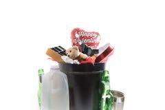 Δώρα ημέρας βαλεντίνου στο δοχείο απορριμμάτων στοκ φωτογραφία με δικαίωμα ελεύθερης χρήσης