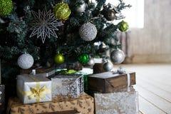 Δώρα κάτω από το χριστουγεννιάτικο δέντρο με τις διακοσμήσεις το πρωί στοκ εικόνες