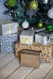 Δώρα κάτω από το χριστουγεννιάτικο δέντρο με τις διακοσμήσεις το πρωί στοκ εικόνα