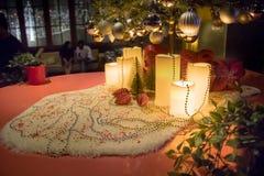 Δώρα κάτω από το χριστουγεννιάτικο δέντρο στο περιβαλλοντικό καθιστικό με την εστία στοκ φωτογραφία