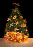 Δώρα κάτω από το χριστουγεννιάτικο δέντρο Στοκ Φωτογραφίες