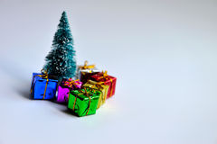 Δώρα και δέντρο Chrismas στοκ φωτογραφίες