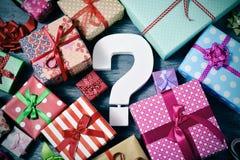 Δώρα και ερωτηματικό στοκ εικόνες με δικαίωμα ελεύθερης χρήσης