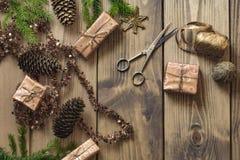 Δώρα και διακόσμηση Χριστουγέννων στον ξύλινο πίνακα στο αναδρομικό ύφος - Στοκ εικόνα με δικαίωμα ελεύθερης χρήσης
