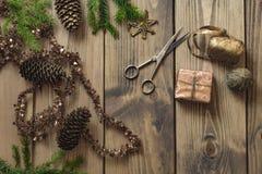 Δώρα και διακόσμηση Χριστουγέννων στον ξύλινο πίνακα στο αναδρομικό ύφος - Στοκ Φωτογραφίες