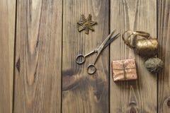 Δώρα και διακόσμηση Χριστουγέννων στον ξύλινο πίνακα στο αναδρομικό ύφος - Στοκ φωτογραφίες με δικαίωμα ελεύθερης χρήσης