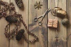 Δώρα και διακόσμηση Χριστουγέννων στον ξύλινο πίνακα στο αναδρομικό ύφος - Στοκ Εικόνες