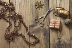 Δώρα και διακόσμηση Χριστουγέννων στον ξύλινο πίνακα στο αναδρομικό ύφος - Στοκ φωτογραφία με δικαίωμα ελεύθερης χρήσης