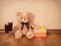 Δώρα και ποτήρια του κρασιού Στοκ Εικόνες