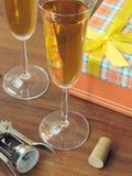 Δώρα και ποτήρια του κρασιού Στοκ εικόνες με δικαίωμα ελεύθερης χρήσης