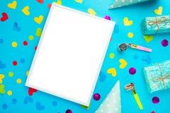 Δώρα, καλύμματα, κομφετί για τα γενέθλια κομμάτων, και συγχαρητήρια Με ένα κενό διάστημα για την επιγραφή στοκ εικόνες