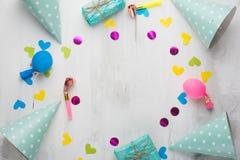 Δώρα, καλύμματα, κομφετί για τα γενέθλια κομμάτων, και συγχαρητήρια Με ένα κενό διάστημα για την επιγραφή στοκ φωτογραφία με δικαίωμα ελεύθερης χρήσης