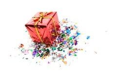 Δώρα: Μικροσκοπικό κιβώτιο δώρων που περιβάλλεται από το κομφετί Στοκ φωτογραφία με δικαίωμα ελεύθερης χρήσης