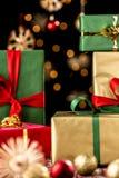 Δώρα, μπιχλιμπίδια και αστέρια Χριστουγέννων στοκ εικόνα με δικαίωμα ελεύθερης χρήσης