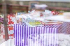 Δώρα πίσω από windowpane Στοκ Φωτογραφίες