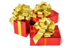 Δώρα που απομονώνονται κόκκινα πέρα από το λευκό Στοκ Εικόνες