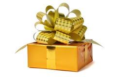 Δώρα που απομονώνονται χρυσά πέρα από το λευκό Στοκ φωτογραφίες με δικαίωμα ελεύθερης χρήσης