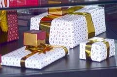 Δώρα που καλύπτονται με τη χρυσή κορδέλλα Χ τη διεθνή έκθεση των εμπορικών σημάτων JUNWEX Μόσχα κοσμημάτων και ρολογιών Στοκ φωτογραφίες με δικαίωμα ελεύθερης χρήσης