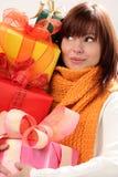 δώρα που κρατούν τη γυναίκ& Στοκ Εικόνες