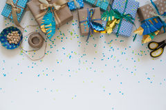 Δώρα που τυλίγονται στο έγγραφο του Κραφτ επάνω από την όψη Στοκ φωτογραφία με δικαίωμα ελεύθερης χρήσης