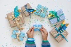 Δώρα που τυλίγονται στο έγγραφο του Κραφτ επάνω από την όψη Στοκ εικόνες με δικαίωμα ελεύθερης χρήσης