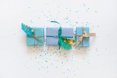 Δώρα που τυλίγονται στο έγγραφο του Κραφτ επάνω από την όψη Στοκ Εικόνες