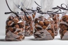 Δώρα πολυτέλειας με την κορδέλλα των τρουφών σοκολάτας σε μια σειρά Στοκ Εικόνα
