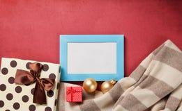 Δώρα πλαισίων και Χριστουγέννων φωτογραφιών Στοκ φωτογραφία με δικαίωμα ελεύθερης χρήσης