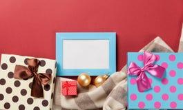 Δώρα πλαισίων και Χριστουγέννων φωτογραφιών Στοκ Φωτογραφία