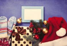 Δώρα πλαισίων και Χριστουγέννων φωτογραφιών Στοκ φωτογραφίες με δικαίωμα ελεύθερης χρήσης