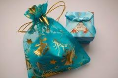 Δώρα σε ένα μπλε κιβώτιο και μια τσάντα organza Στοκ φωτογραφία με δικαίωμα ελεύθερης χρήσης