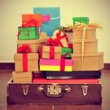 Δώρα σε μια παλαιά βαλίτσα, με μια αναδρομική επίδραση Στοκ εικόνα με δικαίωμα ελεύθερης χρήσης
