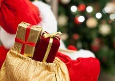 Δώρα σε μια τσάντα Άγιος Βασίλης Στοκ Εικόνες