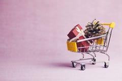 Δώρα στο κάρρο αγορών Ελεύθερη απεικόνιση δικαιώματος