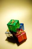 Δώρα: Σωρός των μικροσκοπικών δώρων Χριστουγέννων στο χρυσό Στοκ φωτογραφία με δικαίωμα ελεύθερης χρήσης