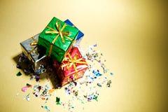 Δώρα: Σωρός των δώρων Χριστουγέννων με το κομφετί Στοκ Φωτογραφία