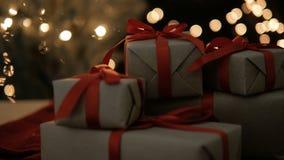 Δώρα Χριστουγέννων ενάντια στα μουτζουρωμένα φω'τα απόθεμα βίντεο