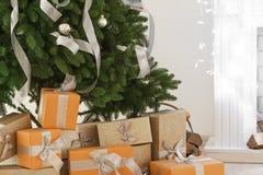 Δώρα Χριστουγέννων κάτω από το δέντρο έλατου Στοκ Εικόνες