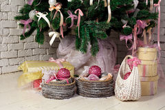Δώρα Χριστουγέννων κάτω από το δέντρο έλατου Στοκ Εικόνα
