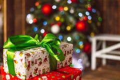 Δώρα Χριστουγέννων κάτω από fir-tree Στοκ φωτογραφίες με δικαίωμα ελεύθερης χρήσης