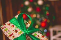 Δώρα Χριστουγέννων κάτω από fir-tree Στοκ εικόνα με δικαίωμα ελεύθερης χρήσης